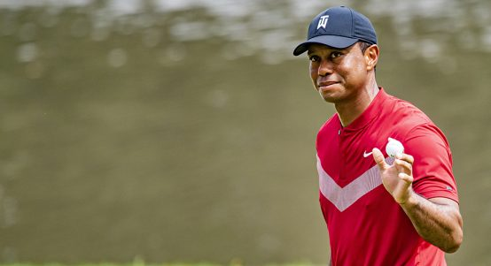 Tiger Woods salutes crowd at Medinah